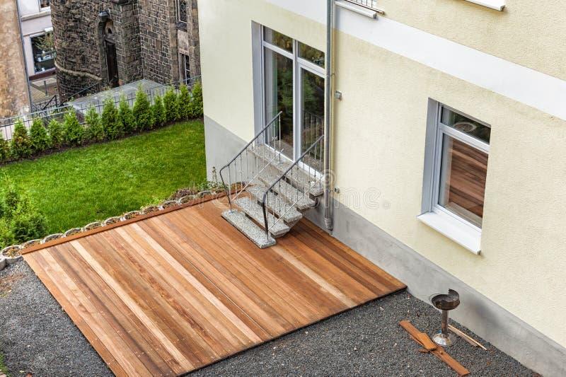 Nouvelle terrasse en bois construite photo libre de droits