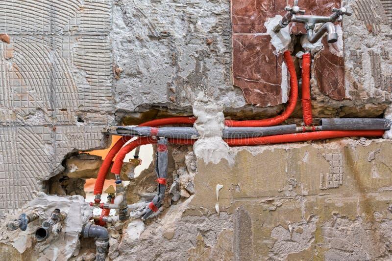 Nouvelle tuyauterie de l'eau dans le mur photographie stock