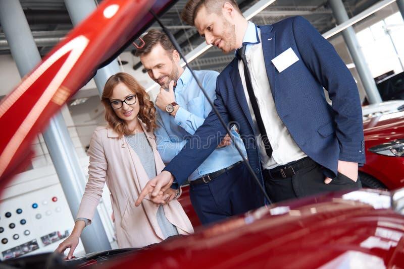 Nouvelle voiture de achat par des couples images libres de droits