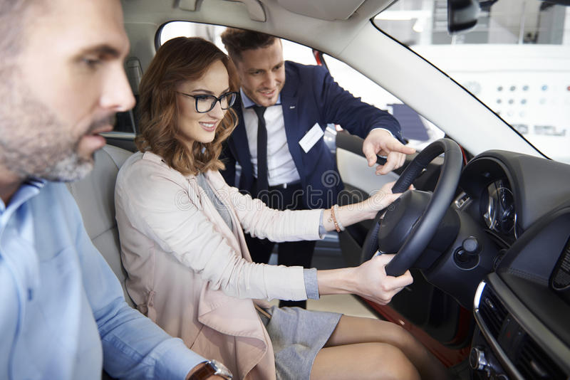 Nouvelle voiture de achat par des couples photo libre de droits