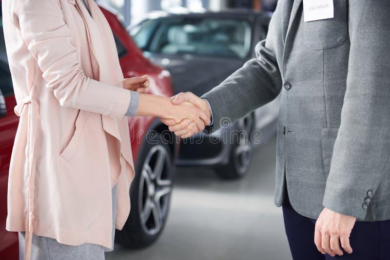 Nouvelle voiture de achat par la femme images libres de droits