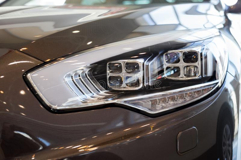 Nouvelle voiture moderne avec les lampes principales de quadrate ?l?gant Front View image stock