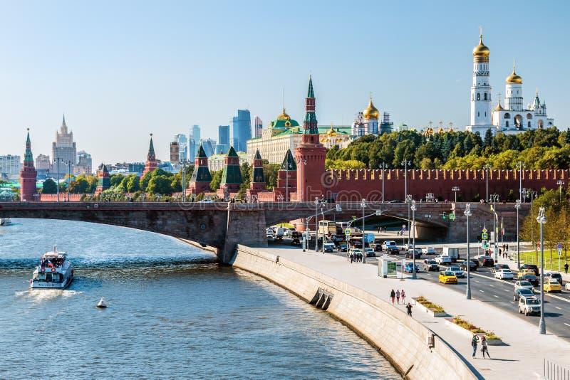 Nouvelle vue esprit de Moscou Kremlin et de Moskvoretskaya de remblai photographie stock libre de droits