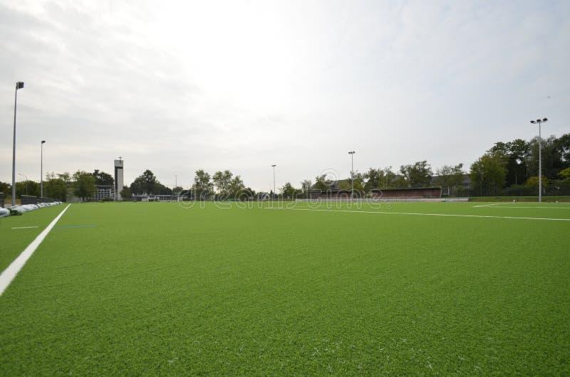 A nouvellement étendu le gazon artificiel, terrain de football sur le stade de football image libre de droits
