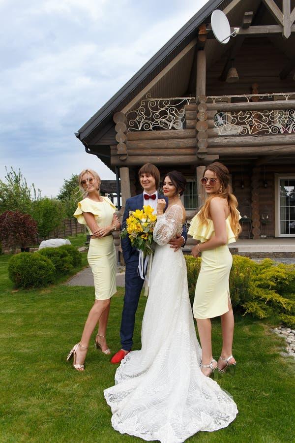 Nouvellement marié avec des demoiselles d'honneur photo libre de droits