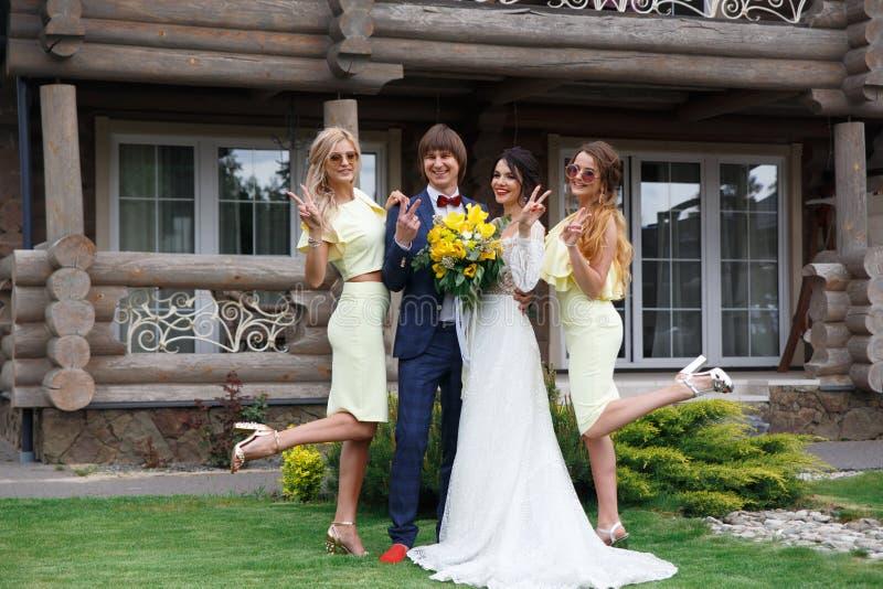 Nouvellement marié avec des demoiselles d'honneur images libres de droits