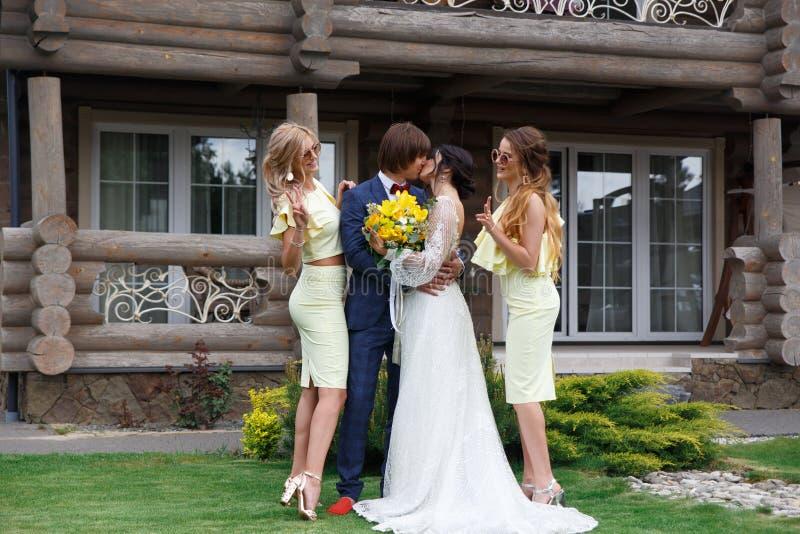 Nouvellement marié avec des demoiselles d'honneur photo stock