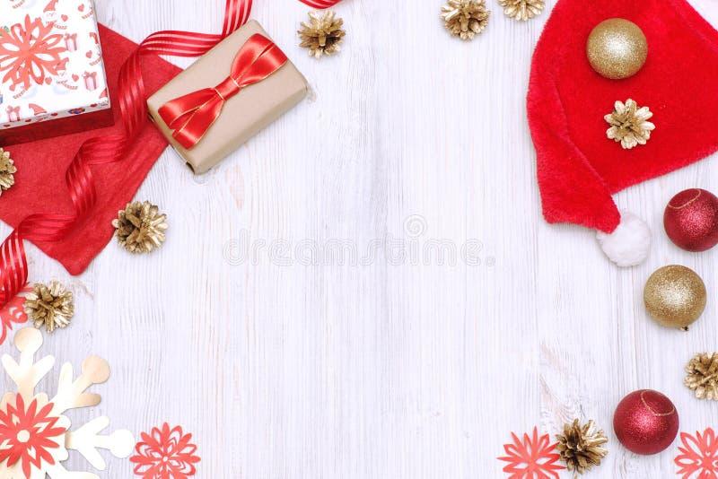 Nouvelles années décorations d'or et rouges d'Ève sur un fond blanc photo stock