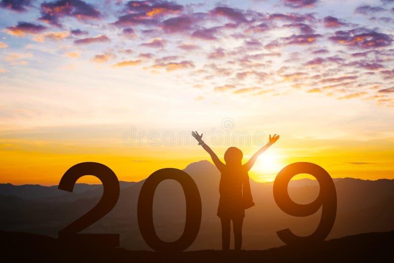 2019 nouvelles années d'heureux pour la fille de silhouette photos stock