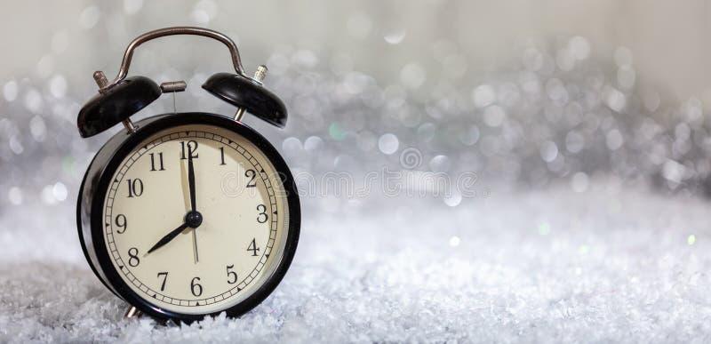 Nouvelles années de compte à rebours de la veille Minutes au minuit sur un réveil de cru images stock