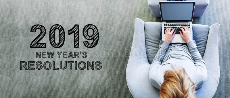 2019 nouvelles années de résolutions avec l'homme utilisant un ordinateur portable images stock
