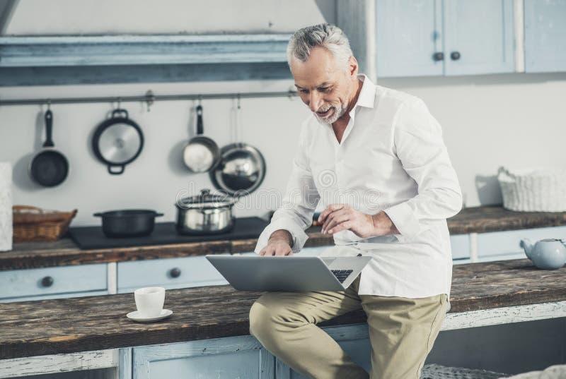 Nouvelles aux cheveux gris de matin de lecture d'homme d'affaires photographie stock libre de droits