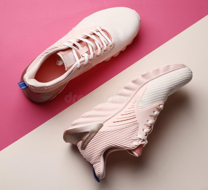 Nouvelles chaussures roses élégantes sur le fond de couleur image libre de droits