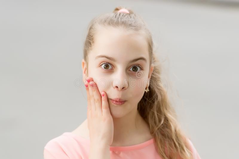 Nouvelles choquantes de wow Enfant insouciant de fille Longue marche de cheveux d'enfant Vacances d'?t? Peu enfant appr?cient la  photo stock