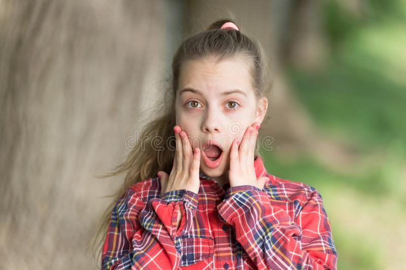 Nouvelles choquantes de wow Longue marche de cheveux d'enfant Vacances d'?t? Peu enfant appr?cient la promenade La surprise lui a image libre de droits