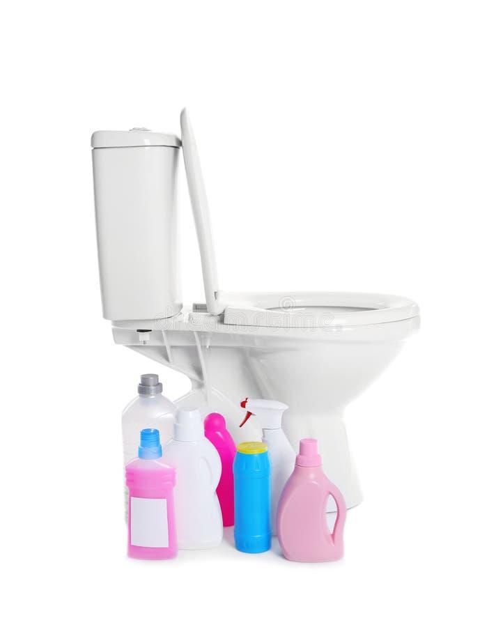 Nouvelles cuvette des toilettes et bouteilles de détergent sur le fond blanc photos stock