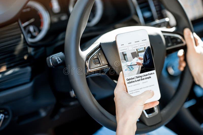Nouvelles de lecture tout en conduisant une voiture photo libre de droits