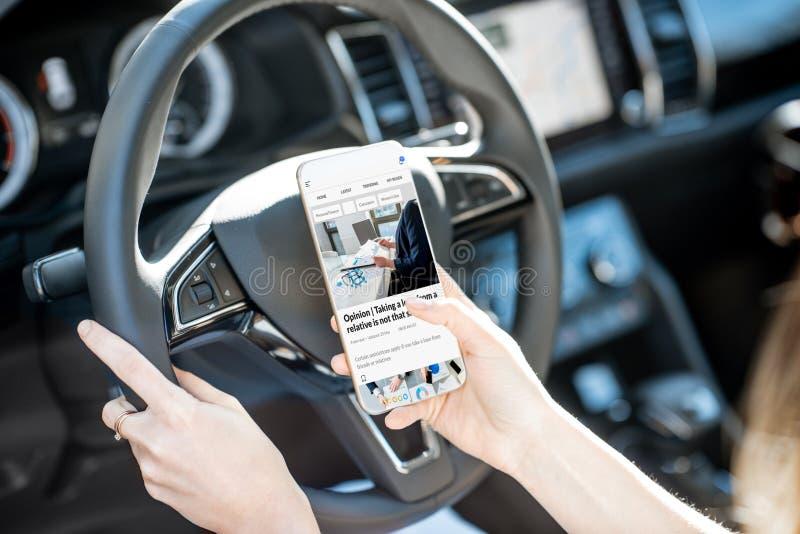 Nouvelles de lecture tout en conduisant une voiture images libres de droits