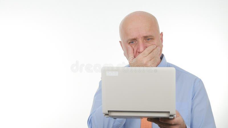 Nouvelles financières d'Image Reading Bad d'homme d'affaires déçu sur l'ordinateur portable images libres de droits