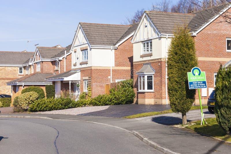 Nouvelles maisons anglaises établies suburbaines typiques image stock