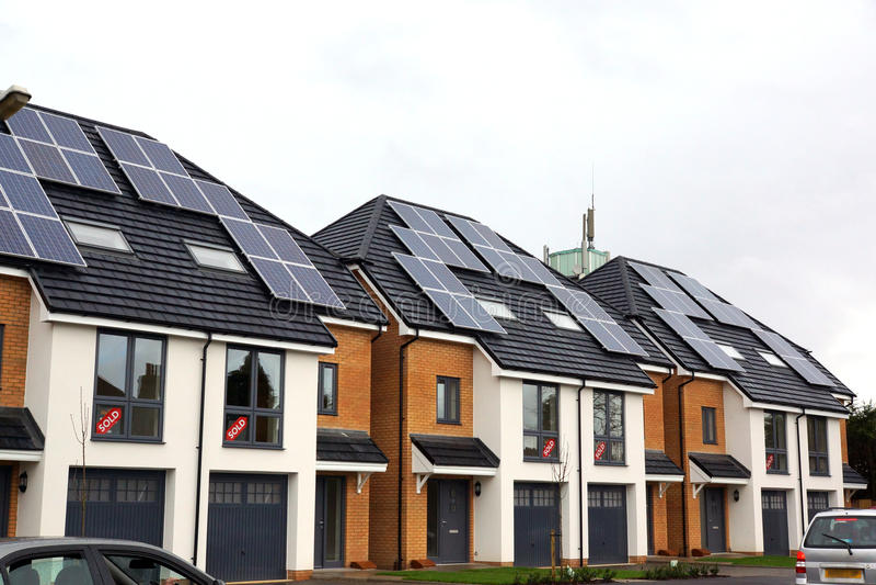 Nouvelles maisons avec l'énergie solaire photo libre de droits