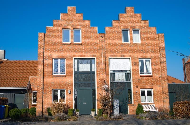 Nouvelles maisons de brique rouge en Allemagne photographie stock