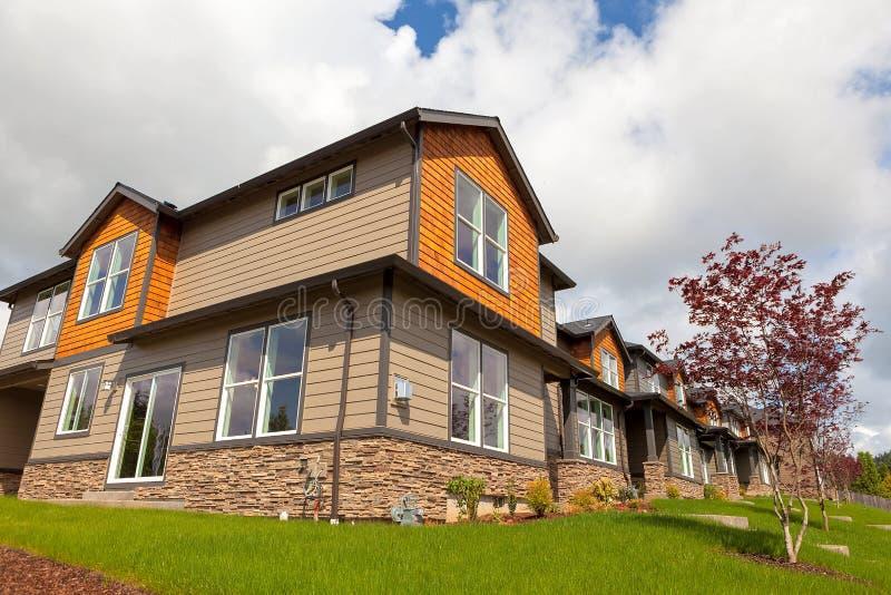 Nouvelles maisons de ville en Amérique du Nord suburbaine images libres de droits