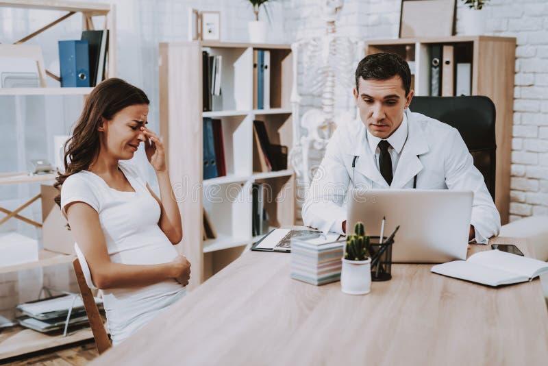 nouvelles Ordinateur portatif consultation gynécologie Hôpital photos libres de droits