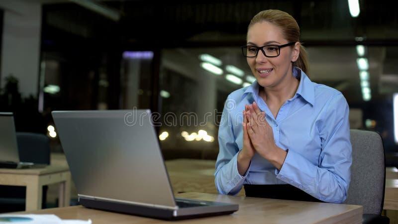 Nouvelles réussies de lecture de femme d'affaires sur l'ordinateur portable, promotion de réjouissance, bonheur image stock