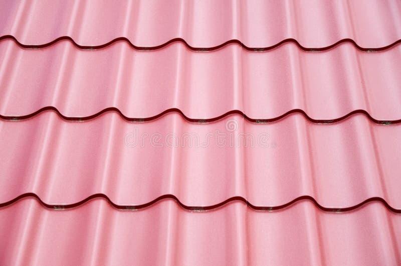 Nouvelles tôles d'acier sur le toit en métal images stock