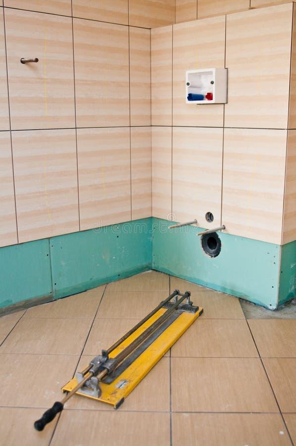 Nouvelles tuiles dans la salle de bains à la maison photographie stock