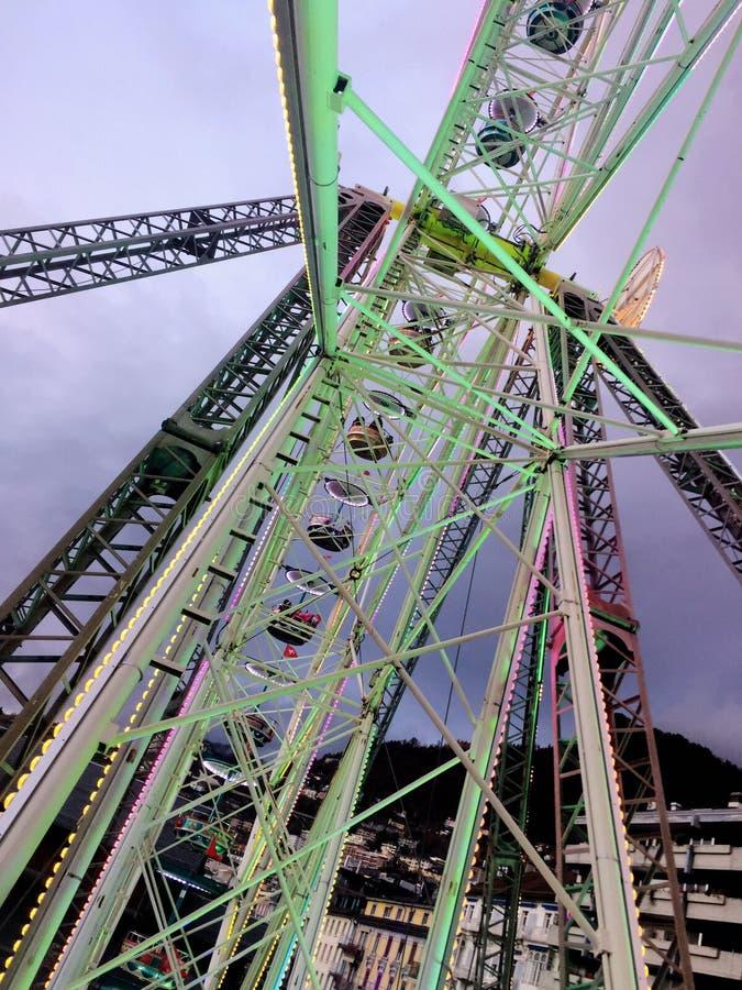 2017 23 Nov. Montreux Zwitser - Ferris Wheel bij Kerstmismarkt in Montreux, Zwitserland royalty-vrije stock foto's