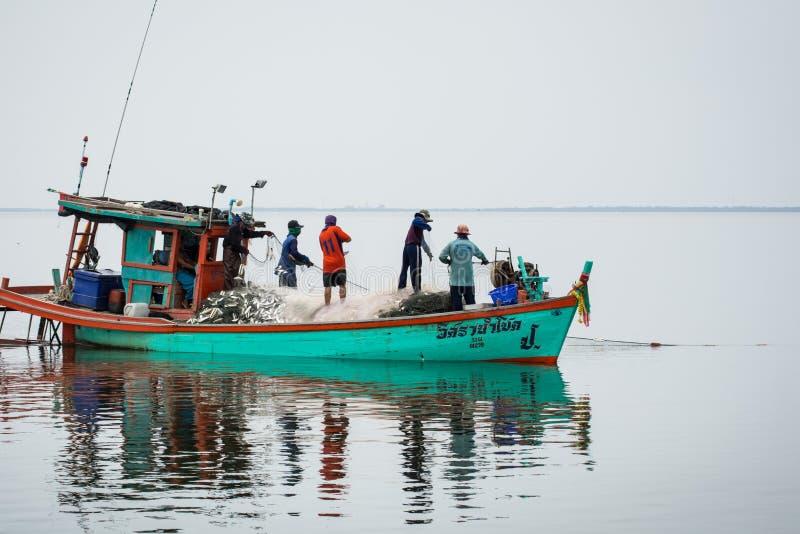 5,2016 NOV.: Voor de vissersboot, die vele vissen vangen bij mond van Bangpakong-rivier in Chachengsao-het Provincieoosten van Th royalty-vrije stock fotografie