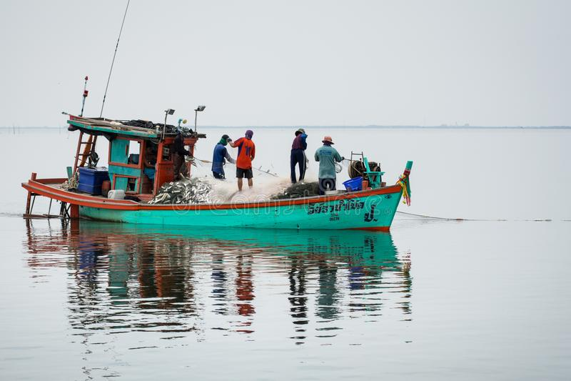 5,2016 NOV.: Voor de vissersboot, die vele vissen vangen bij mond van Bangpakong-rivier in Chachengsao-het Provincieoosten van Th royalty-vrije stock afbeelding