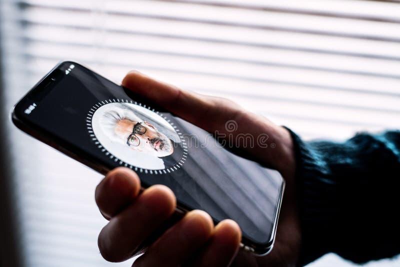 NOVA BANA, SLOVACCHIA - 28 NOVEMBRE 2017: Nuovo smartphone di iPhone X di Apple, identificazione del FRONTE immagine stock libera da diritti