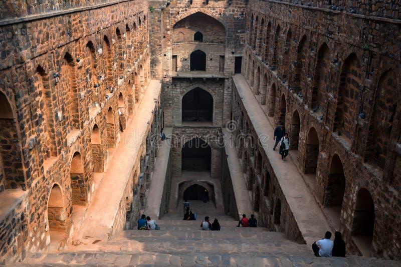 NOVA DELI, ÍNDIA - CERCA DO NOVEMBRO DE 2017: Escadas do ki Baoli de Ugrasen imagens de stock