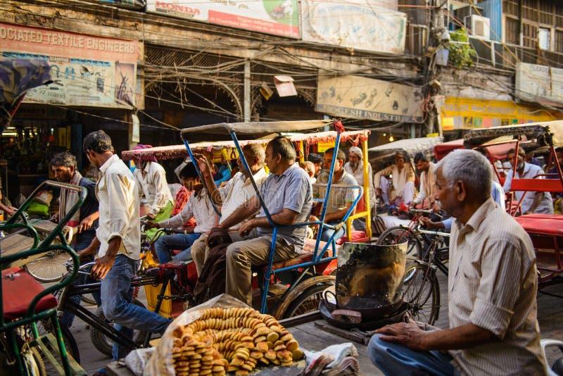 Nova Deli, Índia - 16 de abril de 2016: O cavaleiro do riquexó transporta o passageiro o 16 de abril de 2016 em Nova Deli imagem de stock