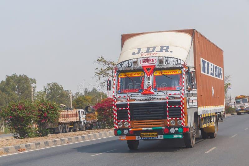 NOVA DELI, ÍNDIA - 14 DE MARÇO DE 2018: caminhão na estrada fotografia de stock royalty free