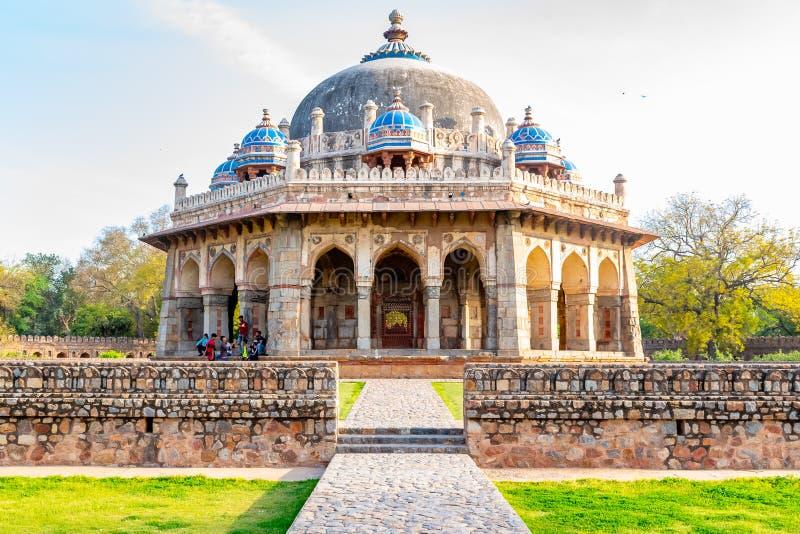 Nova Deli, ?ndia, o 30 de mar?o de 2018 - uma opini?o da paisagem Isa Khan Garden Tomb dentro do t?mulo de Humayun que ? um patri foto de stock