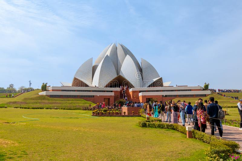 Nova Deli, ?ndia - em fevereiro de 2019 Povos que visitam Lotus Temple em Nova Deli em um dia ensolarado brilhante imagem de stock royalty free