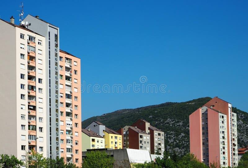 Nova Gorica, Eslovênia As construções coloridas brilhantes compuseram no estilo socialista da arquitetura do modernismo fotos de stock