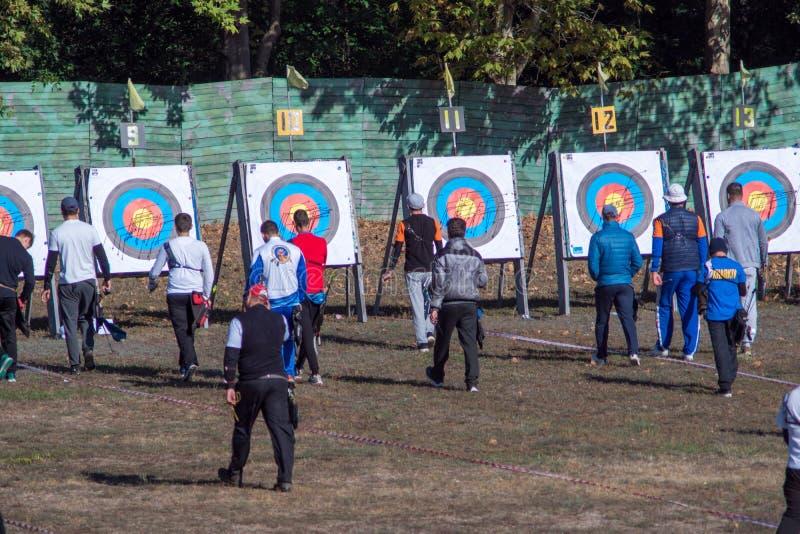 Nova Kakhovka, Ucrania, el 3 de octubre de 2018 campeonato del tiro al arco de Ucrania los arqueros van a tirar de flechas foto de archivo