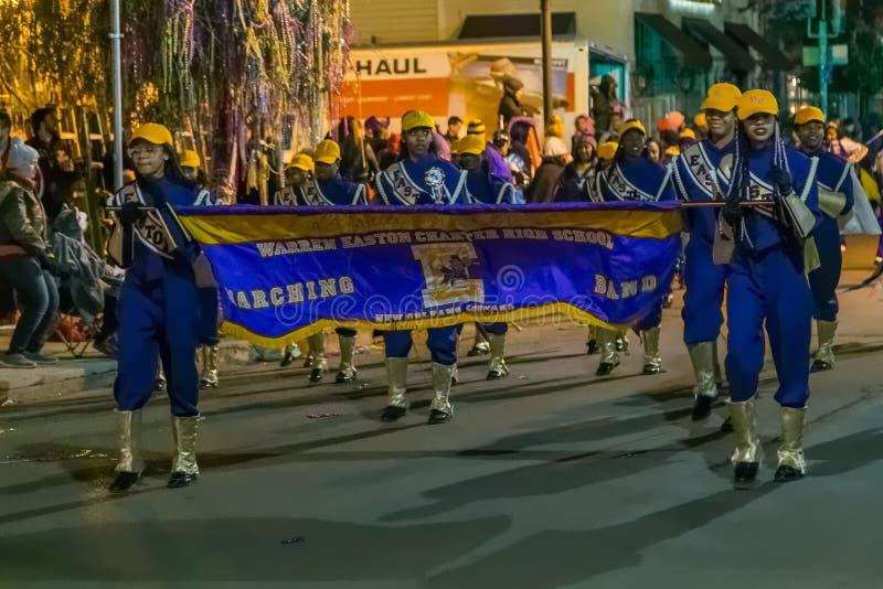 Nova Orleães, LA/USA - cerca do fevereiro de 2016: As crianças da escola vão na parada durante Mardi Gras em Nova Orleães, Louisi fotografia de stock