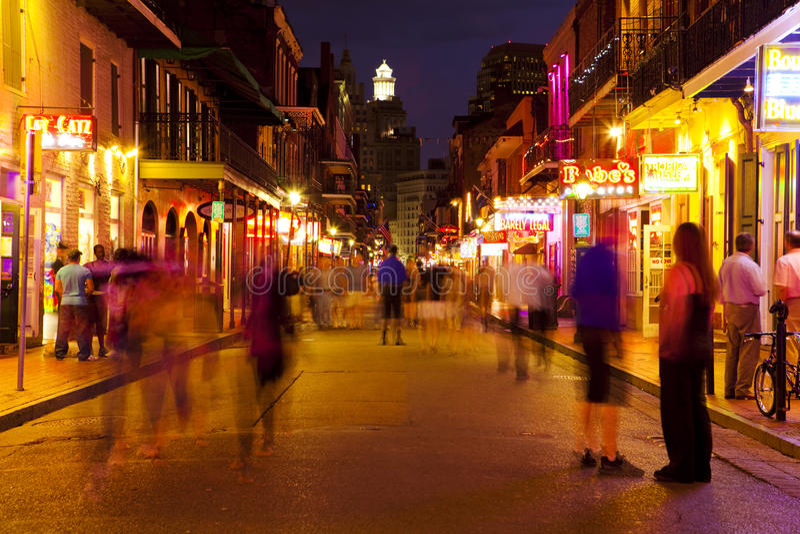 Nova Orleães, rua de Bourbon na noite fotos de stock royalty free