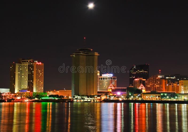 Nova Orleães - skyline da baixa do Lit da lua imagem de stock royalty free