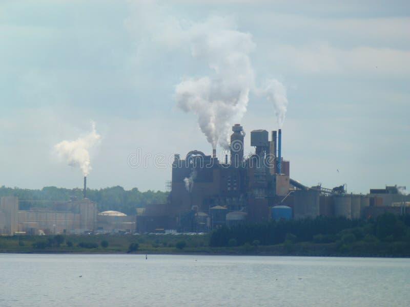 Nova Scotia Pulp Mill Spewing rök royaltyfria foton