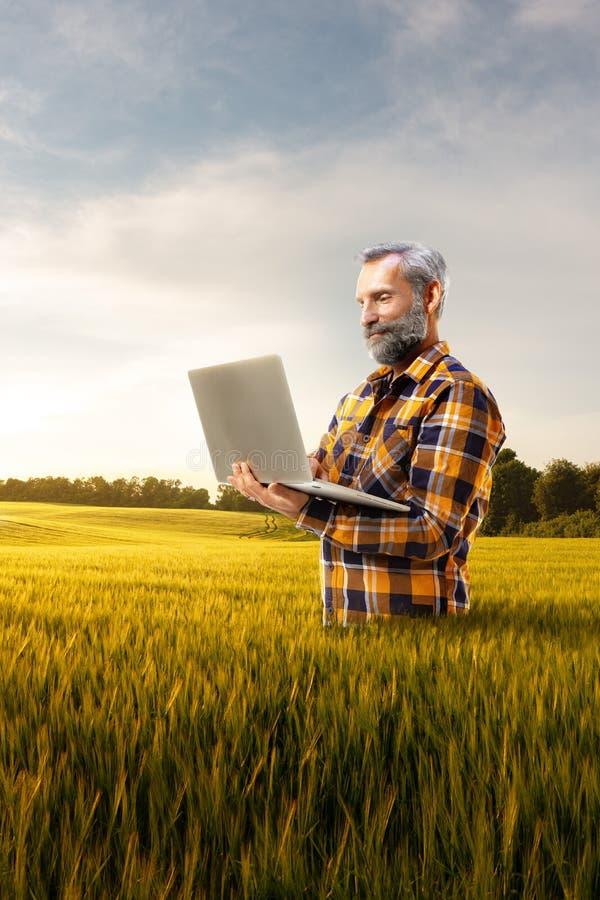 Nova tecnologia superior bonita do uso do fazendeiro para a agronomia imagens de stock