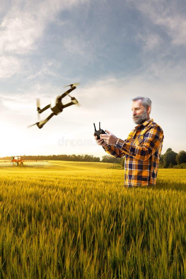Nova tecnologia superior bonita do uso do fazendeiro para a agronomia fotos de stock royalty free