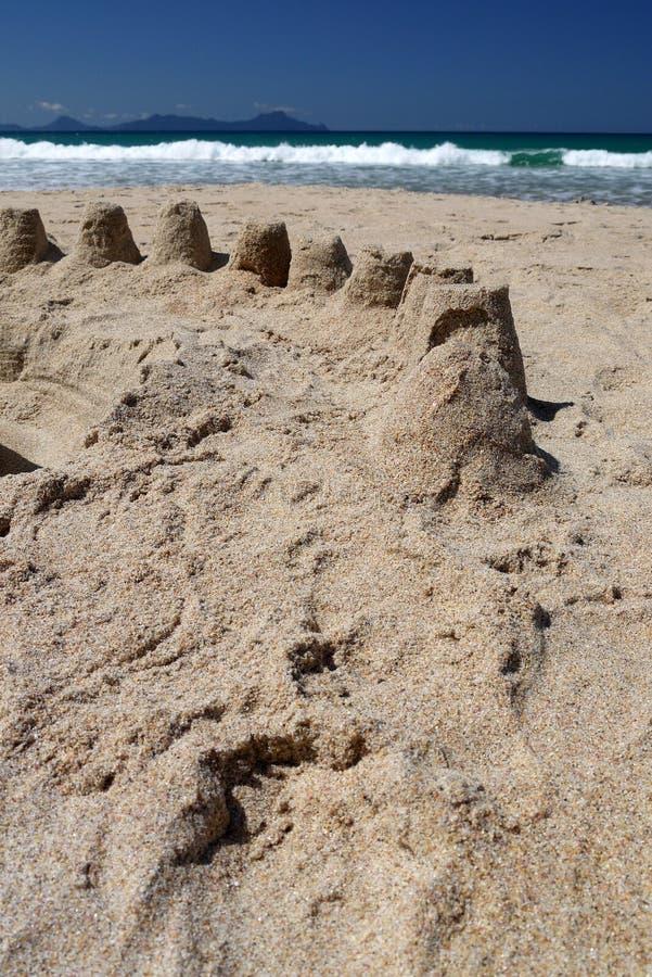 Nova Zelândia: castelos da areia da praia do verão foto de stock