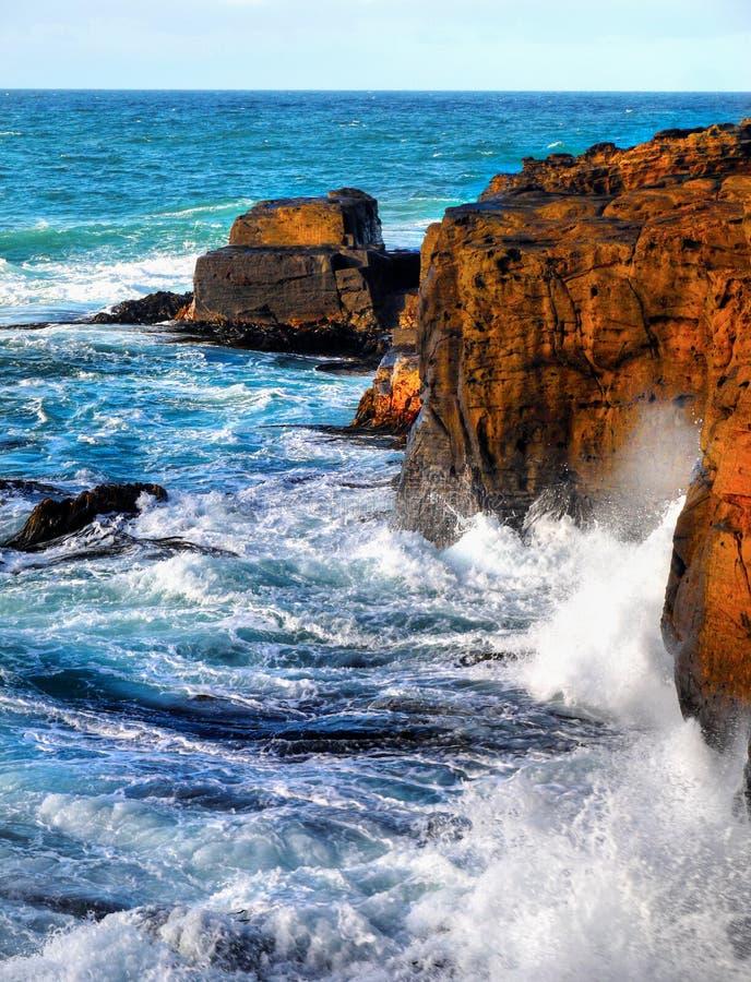 Nova Zelândia, litoral cênico, por do sol das ondas dos penhascos imagens de stock